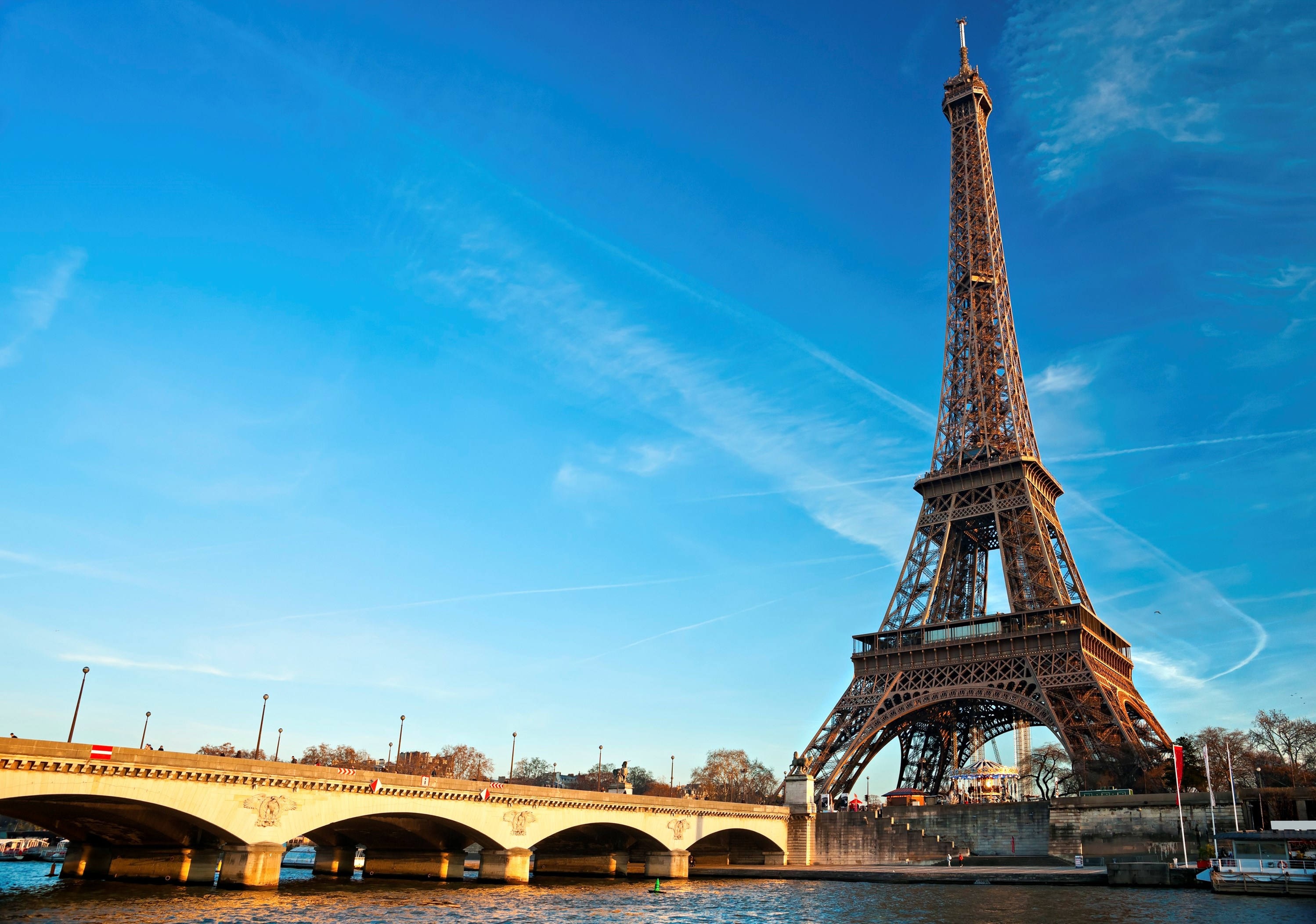 Famous landmarks in europe leger holidays for Places to stay in paris near eiffel tower